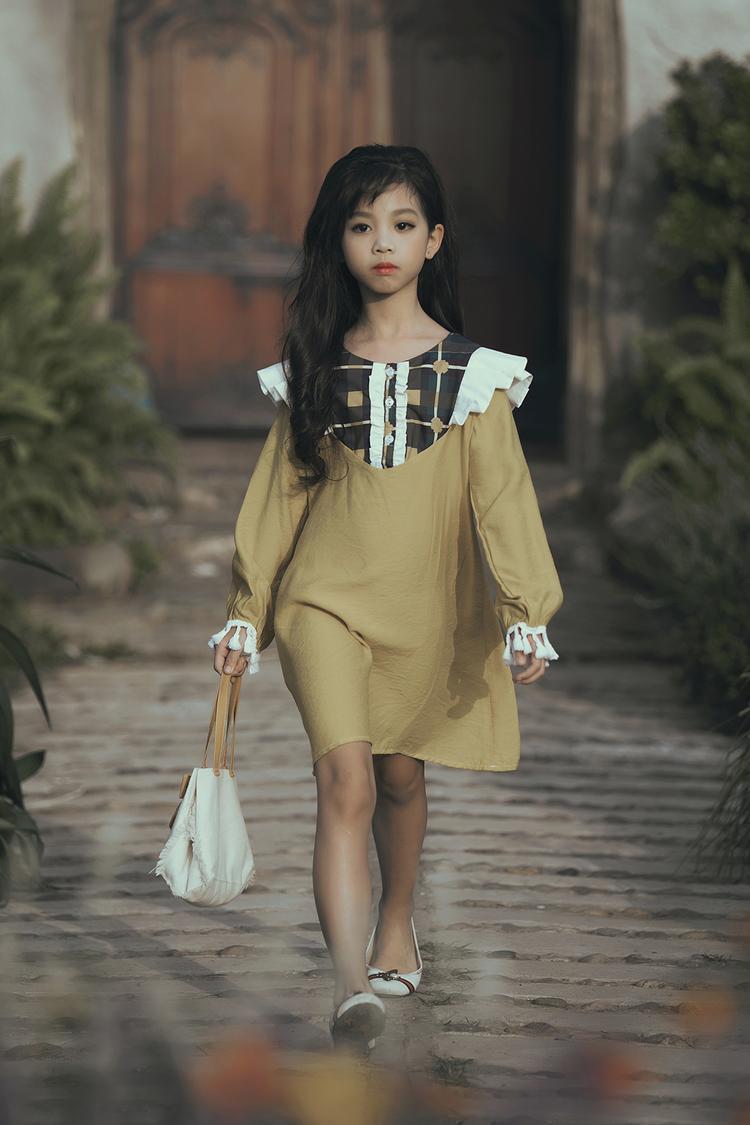 Giữ vai trò vedette trong màn trình diễn là gương mặt mẫu nhí quen thuộc của Hà Nội: Hà Thiên Trang.