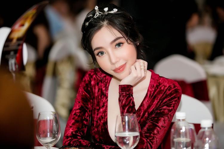 Elly Trần hứa hẹn trở lại mạnh mẽ trong năm 2018.