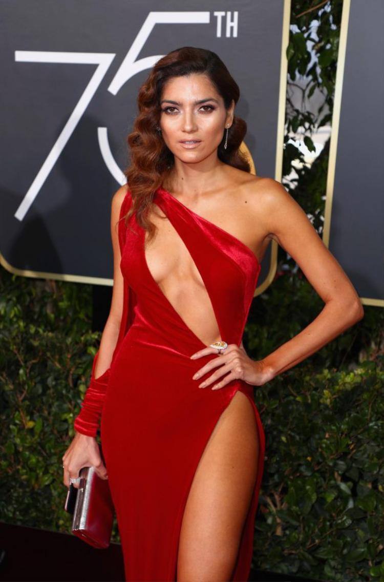 Đường xẻ chéo ở ngực kết hợp với đường xẻ đùi phóng khoáng thì mức độ gợi cảm của nữ diễn viên được đẩy lên tột độ.