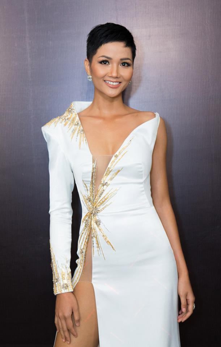 Tùy vào đường cắt hẹp hay rộng, nông hay sâu, bộ váy sẽ giúp người mặc tăng mức độ sexy.