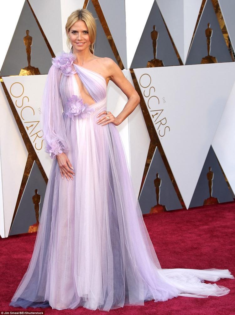 Siêu mẫu Heidi Klum tự tin trong thiết kế khoe ngực điệu đà mặc dù chân dài này đã U50.
