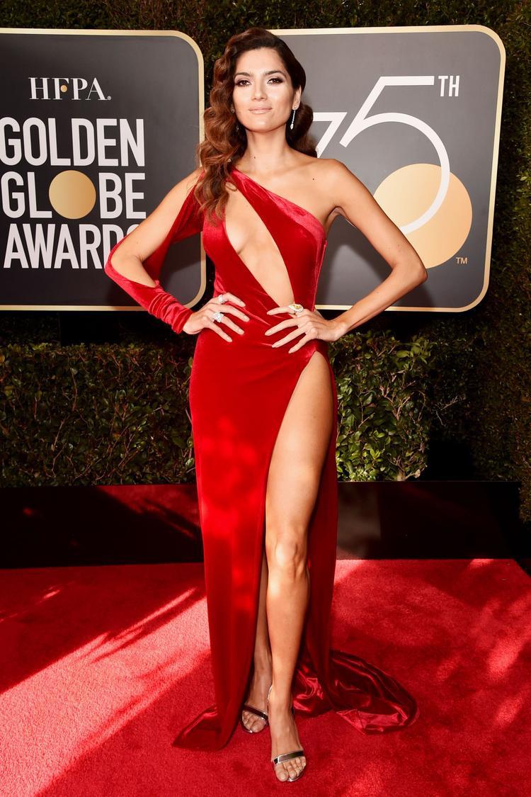 Tại lễ trao giải Quả cầu vàng 2018 ở Los Angeles, Mỹ, nữ diễn viên Blanca Blanco gây chú ý với trang phục đỏ cắt xẻ táo bạo.
