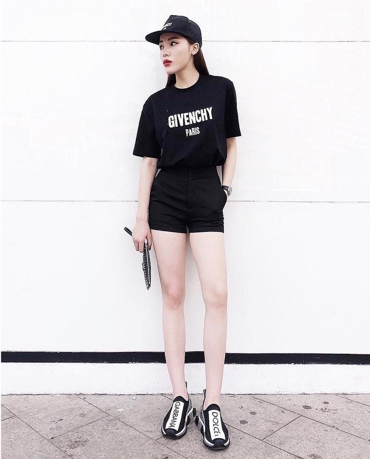 Đôi sneskers với hai màu trắng - đen cơ bản trông vô cùng đơn giản nhưng nhờ trình phối đồ đẳng cấp, Kỳ Duyên khéo léo phối cùng áo thun, quầnshort jean đồng màu đen tạo tổng thể sang chảnh hết mức.