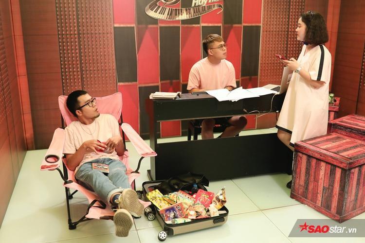 """Nếu như Trần Quỳnh và Thanh Nhàn đảm nhận chính phần melody và lyrics của bài hát… thì Việt Hưng là """"ông thần"""" rap thú vị của Lộn xộn Band."""