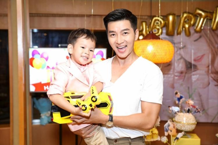 Nam Hee thân thiết bế Henry trên tay.