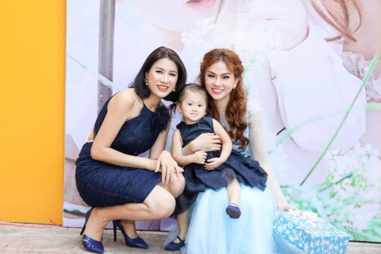 Người mẫu Trang Trần cũng có mặt góp vui với cô bạn thân thiết.