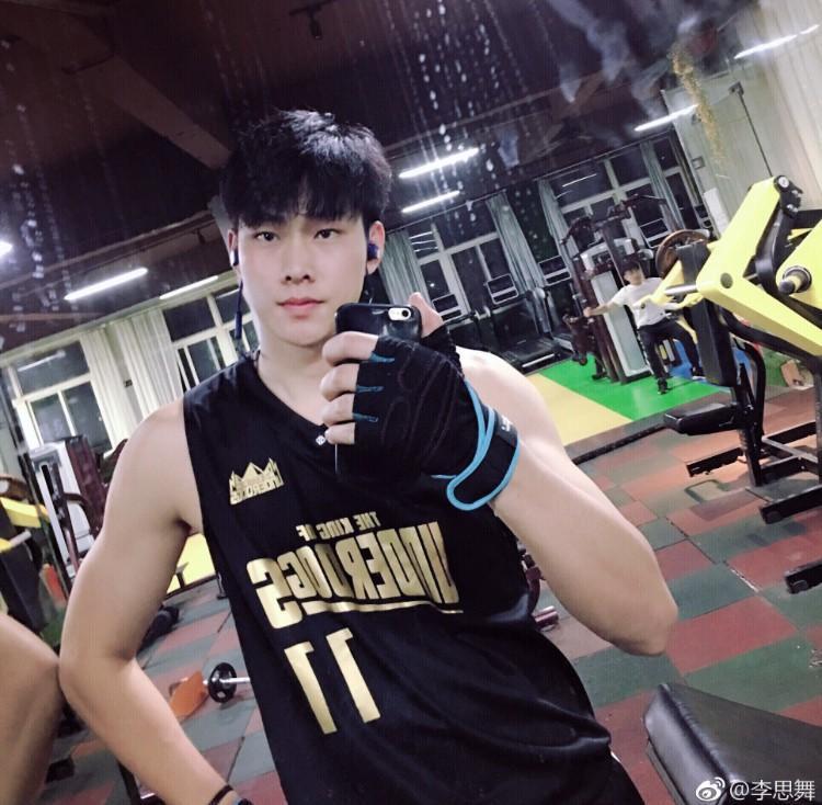 Đẹp trai, cao hơn 2m, chơi bóng rổ giỏi, biết nấu ăn, yêu mèo  chàng trai trong mơ của các cô gái đây rồi!