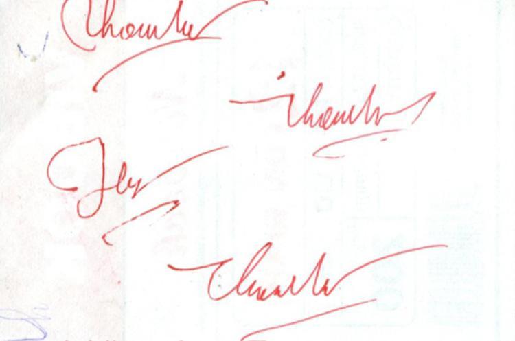 """Chữ ký của các """"giám đốc tương lai"""" phải độc đáo, sắc nét, không đụng hàng. Chính vì thế phải tập ký cho quen, một trang vở sẽ được trưng dụng làm nơi """"rèn"""" chữ ký."""