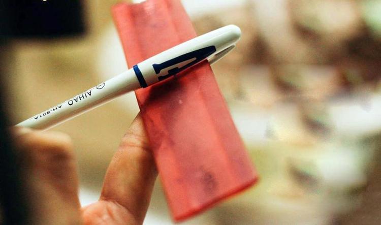 Kẹp thước kẻ vào nắp bút làm máy bay, và bắt đầu vẽ nên câu chuyện Chiến tranh vũ trụ của riêng mình trong lớp.