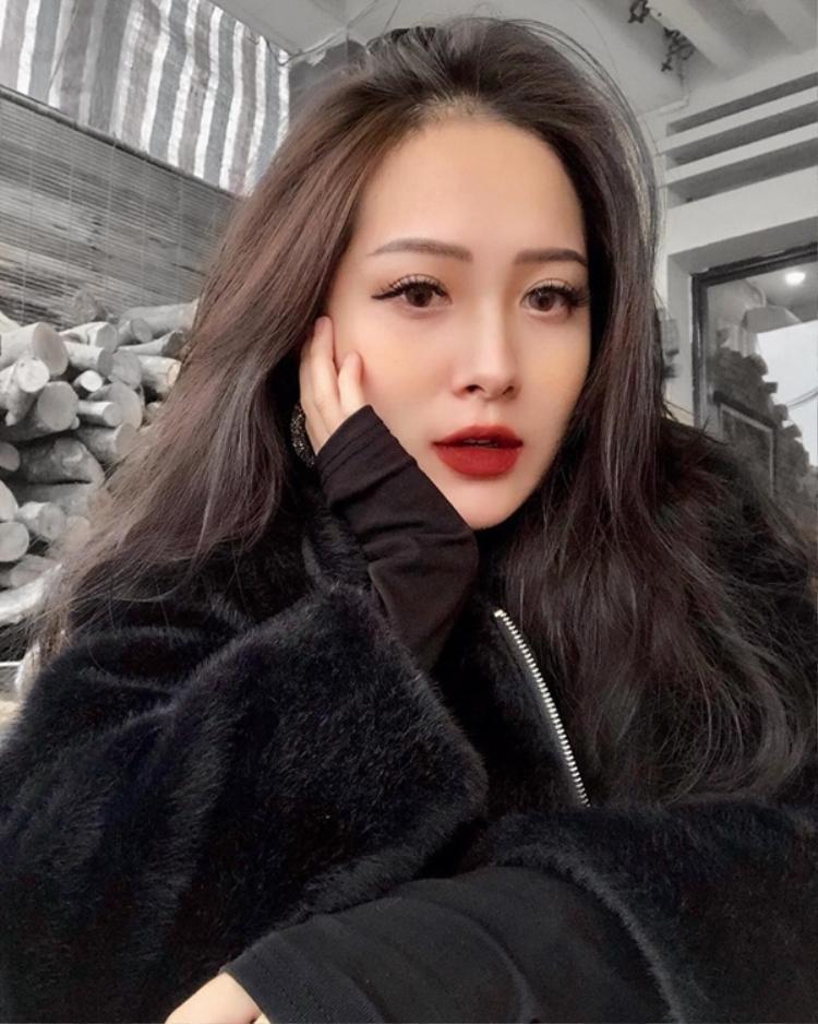Cận cảnh gương mặt sắc sảo của em gái Hương Tràm.