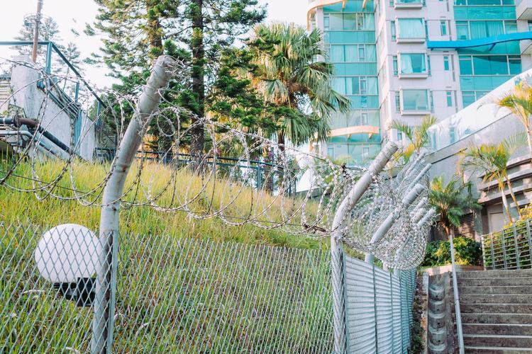 An ninh khu vực này vô cùng chặt chẽ. Tất cả được bao quanh bởi hàng rào gắn dây thép gai, bảo vệ ngồi ở hàng rào phía trước cổng chung cư và những căn nhà nằm cách xa con đường phía sau những cổng an ninh lớn.