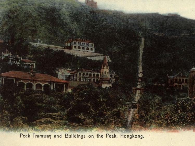 The Peak là khu phố độc nhất trong hơn 100 năm. Cho đến năm 1947, chỉ có người Anh và châu Âu mới được phép ở đó. Trước khi có xe điện, người dân được đưa lên núi trên những chiếc kiệu (ghế sedan) của người lao động di cư.