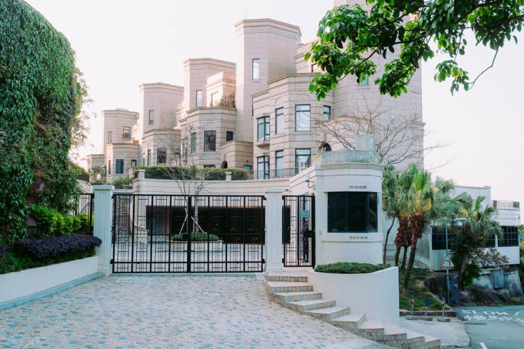 Căn hộ đắt nhất nằm tại Twelve Peaks, một khu căn hộ cao cấp cực kỳ sang trọng mở cửa vào năm 2015, đã bán với giá 105 triệu USD. Đây là lối vào chính của khu phức hợp.