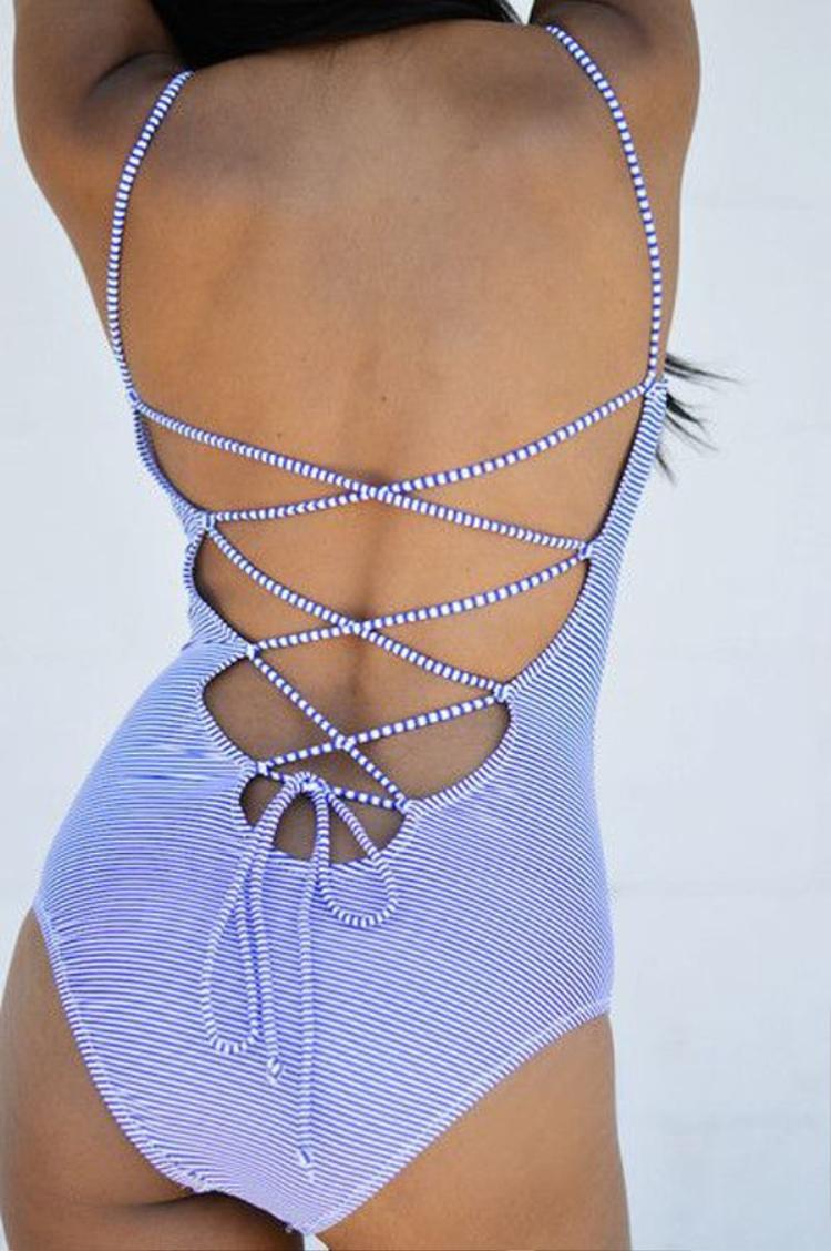 Dây đan ở lưng bikini 1 mảnh tạo thêm khoảng hở để đường cong giữa phần eo và hông được rõ hơn, nhất là khi các nàng vươn vai hay nằm dài trên bãi biển. Cut-out táo bạo kết hợp với dây đan, phong cách này rất phù hợp với các cô nàng năng động, yêu thích sự phá cách.