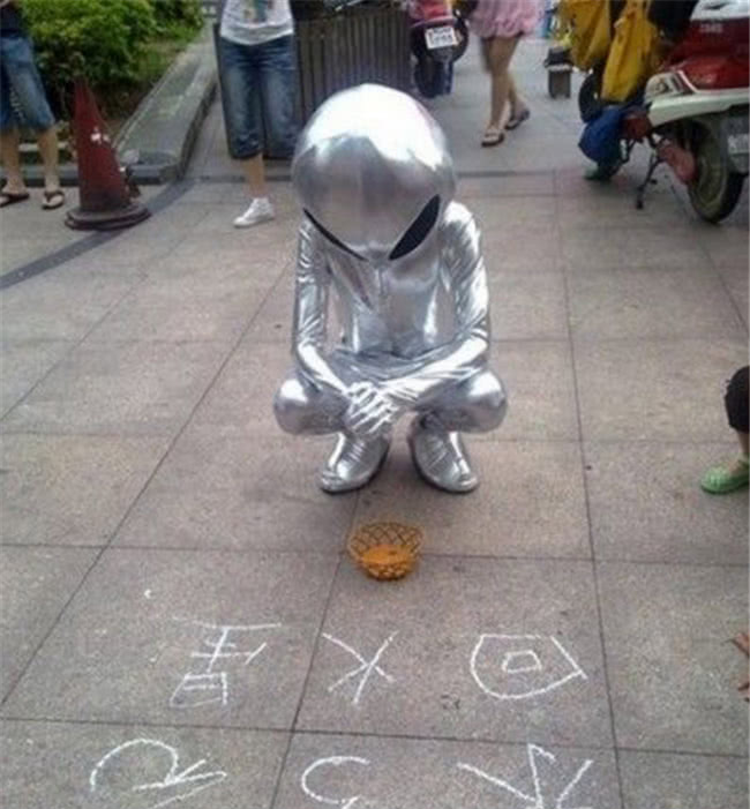 Một số người khác còn diện trang phục người ngoài hành tinh. Ảnh: QQ