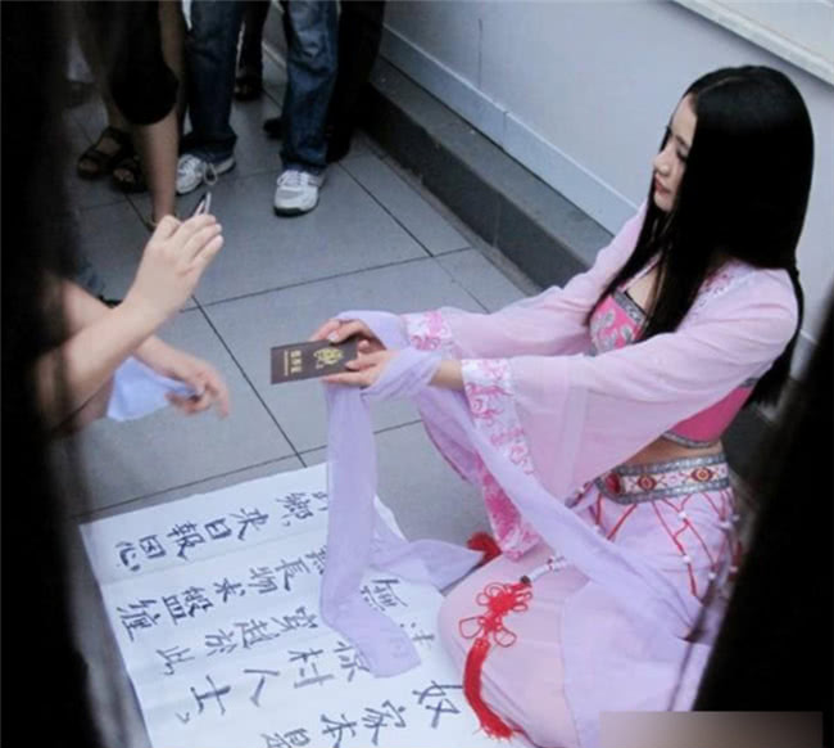 """""""Tiên nữ giáng trần"""" ăn xin ngoài đường khiến mọi người chú ý. Ảnh: QQ"""