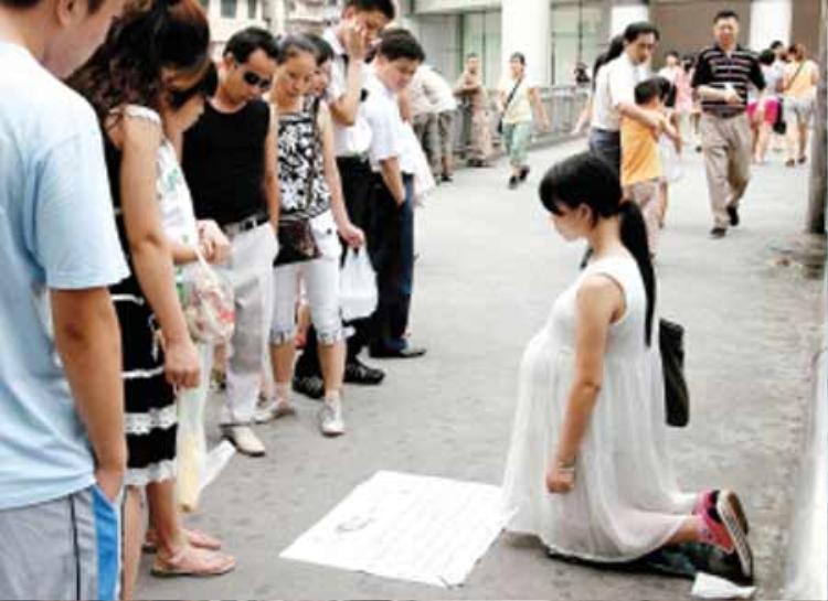 Ngay cả bà bầu cũng sẵn sàng quỳ giữa đường để ăn xin. Ảnh: QQ