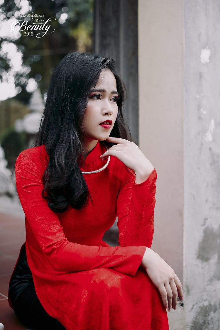 Không ai có thể phủ nhận được nét sang trọng của Cẩm Nhung khi xem hình ảnh này. Nước da trắng ngần của Nhung kết hợp với tông màu đỏ tươi khiến cô trở nên nổi bật hơn bao giờ hết.