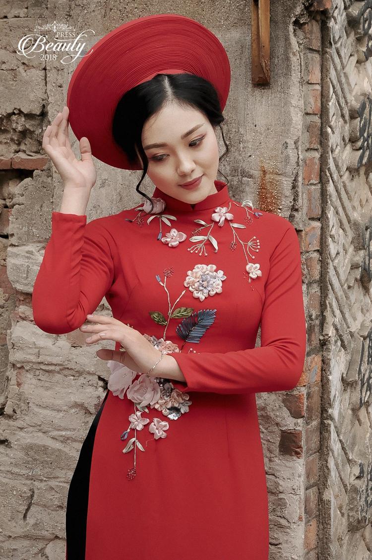 Hồng Ngọc xuất hiện trong tà áo dài, khăn đống không khác gì một thiếu nữ kiêu sa, đài các. Những đường nét hài hòa trên gương mặt kết hợp với lối trang điểm không quá cầu kì đã tạo nên một tổng thể bức ảnh hoàn chỉnh, xinh đẹp.