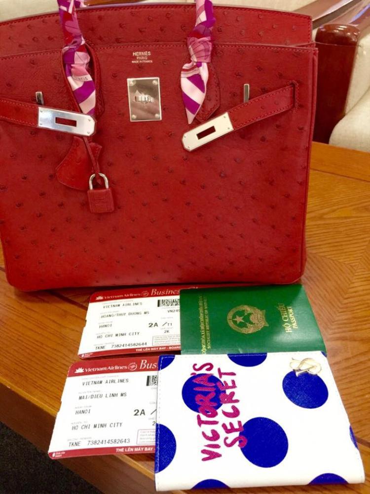 Tiếp theo là túi Hermes đỏ, da đà điểu, giá trị ước tính từ 200 triệu đồng trở lên.