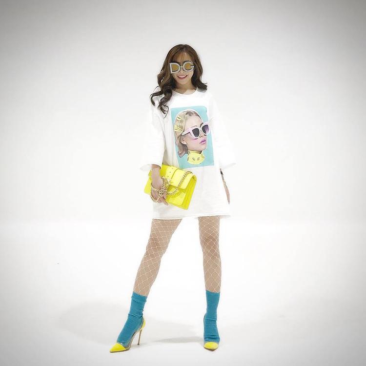 Lần khác, nàng á khôi khiến tín đồ thời trang phải xuýt xoa khi đeo kính mắt phiên bản giới hạn của Dolce & Gabbana trị giá cả trăm triệu. Cô nàng phối cùng áo dáng dài theo style giấu quần và phụ kiện tương phản. Tuy nhiên, dù sử dụng hàng hiệu đắt đỏ, nhưng trong một vài set đồ, Mai Diệu Linh vẫn bị đánh giá là kém sang, cách mix trang phục chưa tinh tế.