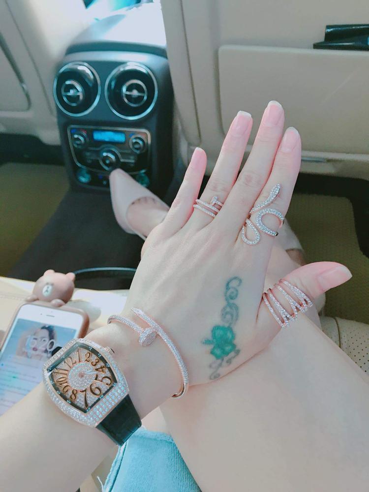 Cả bộ vòng tay, đồng hồ Catier nạm kim cương lấp lánh đủ khiến các quý cô phải ghen tỵ.