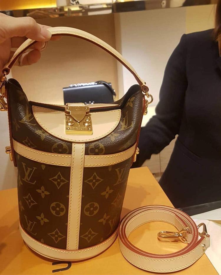 Chiếc túi dáng cái xô - Sac Duffle có giá hơn 50 triệu đồng đang được Khánh Linh The Face, Minh Hằng mê mẩn cũng nằm trong tủ đồ của cô.