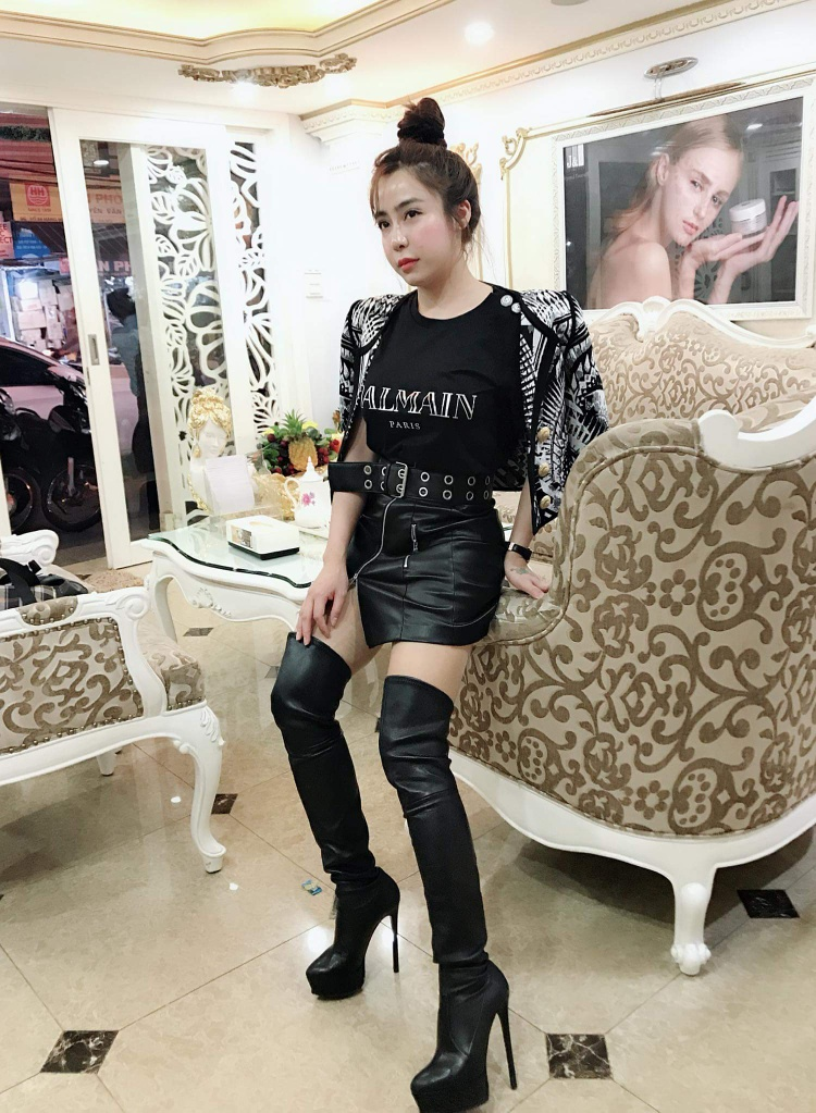 Dạo quanh trang cá nhân của Linh, có thể dễ dàng nhận ra, cô nàng quả là một tay chơi hàng hiệu có tiếng. Tủ đồ của người đẹp sinh năm 1988 không thiếu những món đồ đắt đỏ, từ áo phông Balmain đến đôi boots Balenciaga cao quá gối giá hơn 22 triệu đồng.