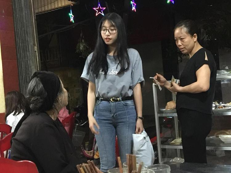 Những hình ảnh chụp lén khi Tùng Linh giúp đỡ bà cụ ăn xin nghèo khó ở một tiệm cơm tại Ninh Bình