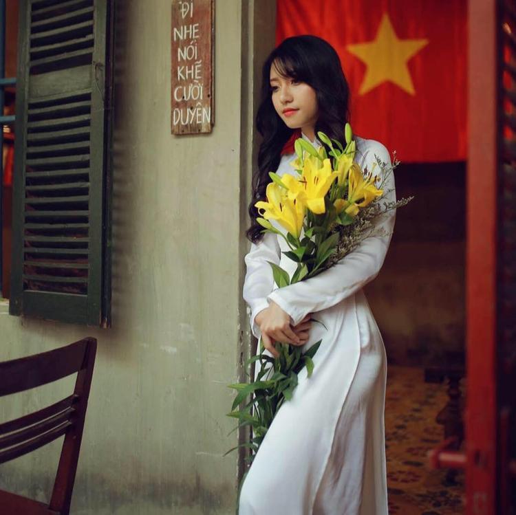 Tùng Linh đặc biệt yêu thích hình ảnh người phụ nữ Việt Nam trong tà áo dài dịu dàng, nữ tính.