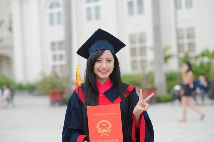 Khi là sinh viên của Đại học Vinh, cô được biết đến là một sinh viên năng động, đa tài, từng tham gia cuộc thi Tìm kiếm tài năng của trường.