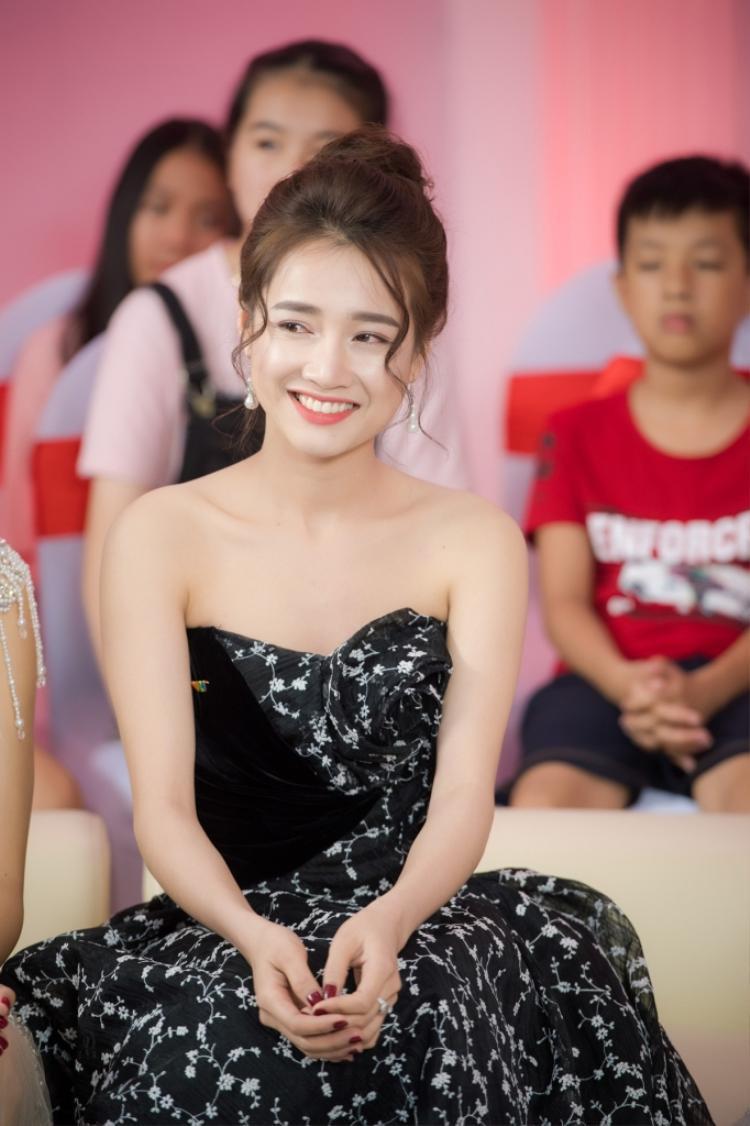 Cô chọn mái tóc búi điệu đà điều đó càng làm tăng vẻ ngọt ngào, mong manh cho bạn gái Trường Giang.