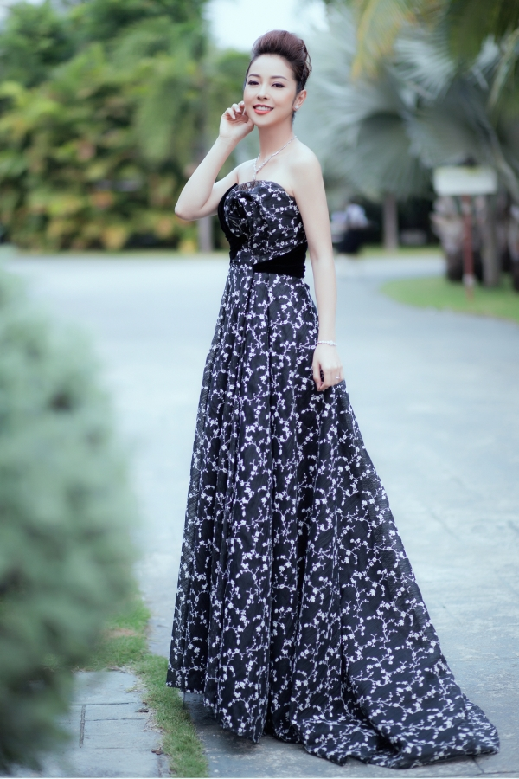 """Trong bộ cánh này Hoa hậu Jennifer Phạm khiến người xem ngỡ ngàng vì nhan sắc """"không tuổi"""" và đặc biệt là một vóc dáng như """"con gái"""" của bà mẹ ba con."""