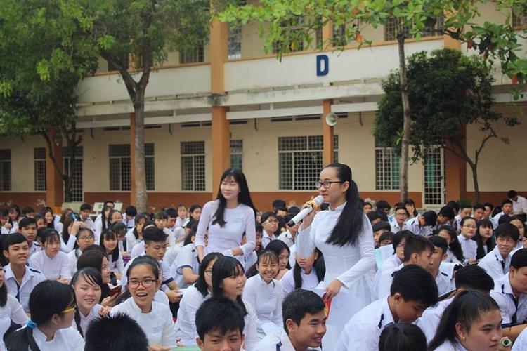 Song Toàn phát biểu trước toàn trường trong ngày 8/3.