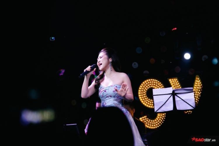 Đêm nhạc khép lại thành công với sự thỏa mãn của người nghe khi dành cho nữ ca sĩ những tràng pháo tay không ngớt.