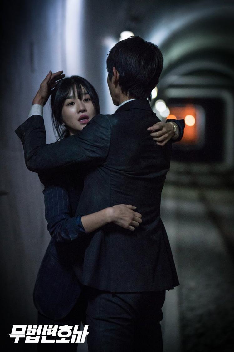 """""""Hoàng tử cổ trang"""" tiến lại ôm, làm giảm bớt căng thẳng, lo lắng cho nữ chính """"Save Me""""."""