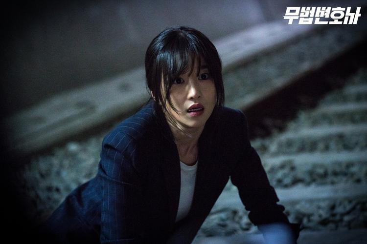 """Mặt khác, Seo Ye Ji bị """"sốc"""", ngã quỵ khi thấy điều gì đó đáng sợ."""
