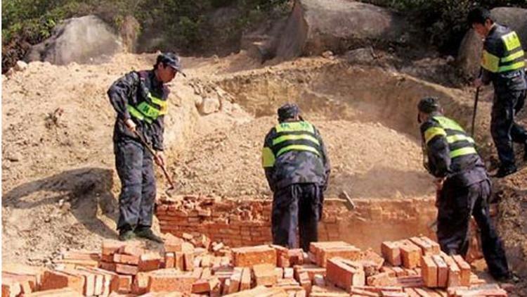 Việc phá hủy những lăng mộ để lấy lại đất công đang được tích cực triển khai.
