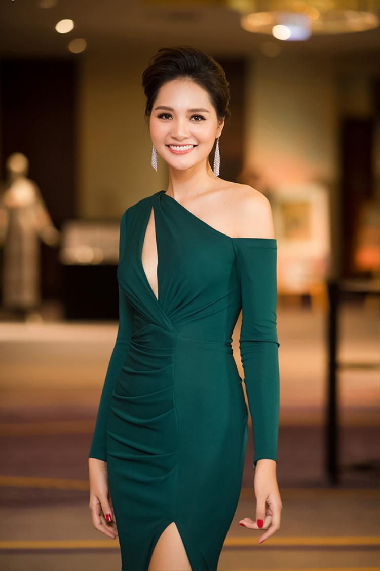 Với thân hình hoàn mỹ, khuôn mặt gợi cảm, làn da trắng không tì vết, Hoa hậu đẹp nhất Châu Á 2009 Hương Giang khiến nhiều người khen ngợi.