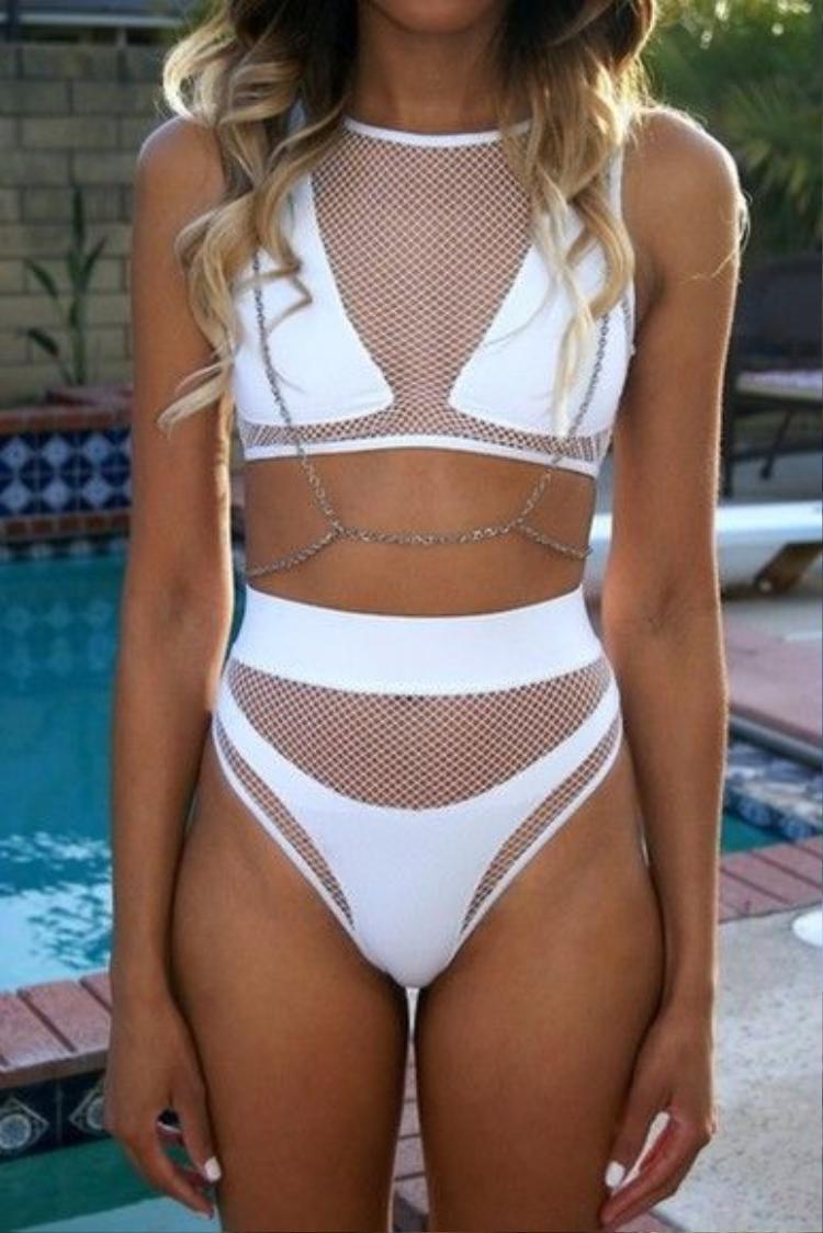Điểm nhấn của những bộ bikini này chính là những đường cắt cúp, khoảng hở sáng tạo rất riêng của mỗi bộ.