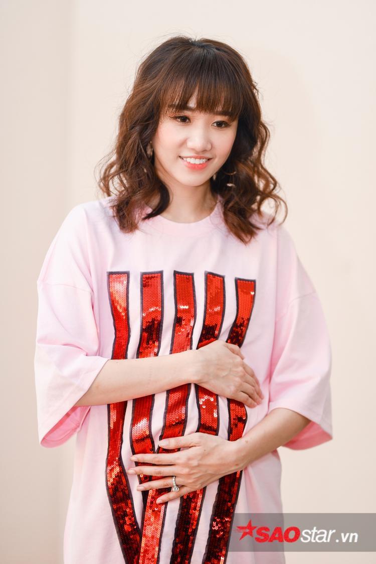 """Hari Won và Trấn Thành hứa hẹn là cặp đôi """"gây bão"""" của gameshow mới Khi đàn ông mang bầu."""