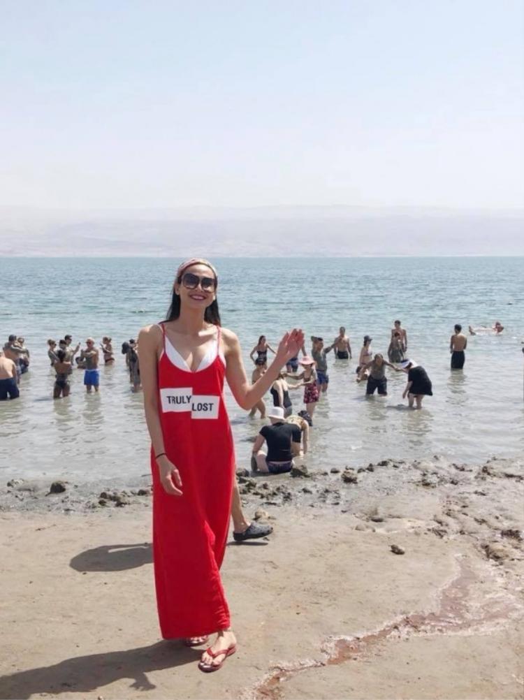 Dương Mỹ Linh ứng dựng chiếc đầm đỏ này trong một lần đi biển gần đây. Cô kết hợp với dép lê cùng tông, kính mát vàkhăn turban đỏm dáng.