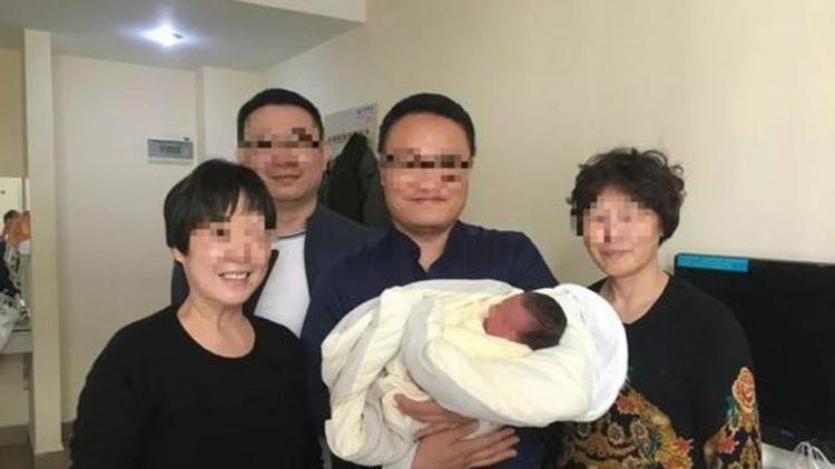 Ông bà của em bé phải chiến đấu trong trận chiến pháp lý với bệnh viện để có thể lấy được phôi đông lạnh của những đứa con xấu số. Ảnh: SCMP