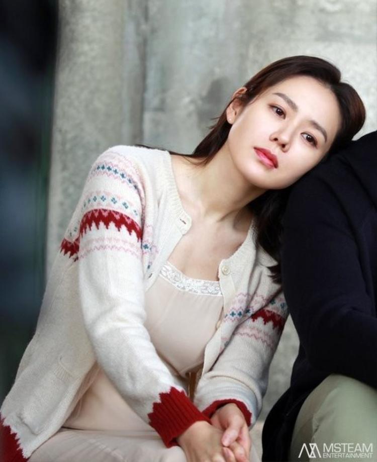 """Một trong những bộ trang phục """"xuất thần"""" của Son Ye Jin. Áo khoác len bên ngoài, bên trong là váy màu hồng phấn, cô nàng trở thành một cô gái mỏng manh và mềm mại lạ thường."""