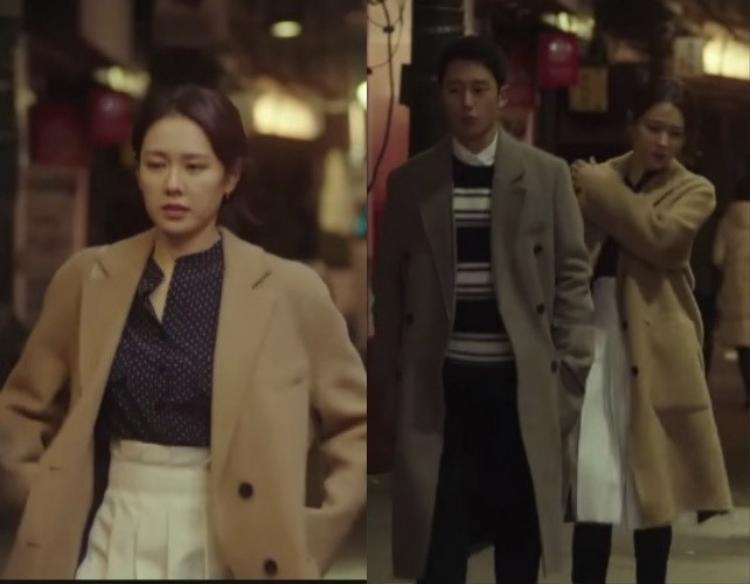 """Jin Ah """"ăn gian"""" thêm vài tuổi khi mặc áo chấm bi cùng váy xòe xếp pli cạp cao màu trắng. Váy xòe này nhiều nàng U30 sẽ không dám diện vì cảm thấy mình như """"cưa sừng làm nghé"""" khi diện nó. Hãy nhìn cách mà """"chị đẹp"""" phối váy xòe với áo khoác dài bên ngoài, nó sẽ cân bằng sự """"tinh nghịch"""" của váy, đồng thời áo chấm bi nhỏ giúp tổng thể nổi bật lên. Không cần rườm rà, màu mè, """"chị đẹp"""" vẫn nữ tính trong set đồ này."""