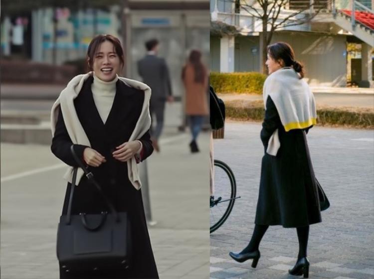"""Cô nàng tháo nút buộc và biến chiếc áo len thành một phụ kiện vắt hờ trên vai. Màu kem và vàng của áo len còn giúp oufit đen tuyền có điểm nhấn và độc đáo hơn. Thông thường, các nàng diện cả một """"cây"""" đen dễ tạo hiệu ứng gò bó, một nét phá cách như """"chị đẹp"""" làm sẽ xóa tan ngay hiệu ứng này. Cao gót chứ không phải bốt cao cổ, chi tiết này cũng giúp nàng mỏng manh nữ tính hơn."""