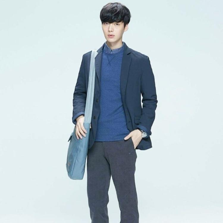 Ngoài đồ rộng, nam diễn viên còn yêu thích các kiểu áo vest, blaze, giúp đem lại sự lịch lãm cho bản thân.