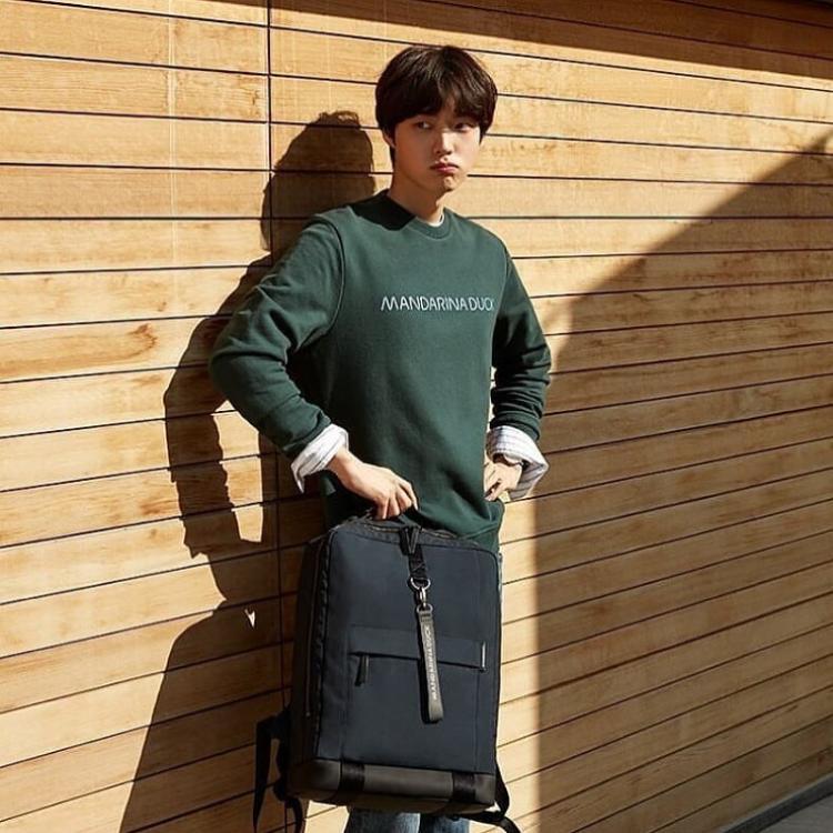 Biết rõ bản thân không sở hữu thân hình vạm vỡ sáu múi như nhiều mỹ nam khác, Ahn Jae Hyun thường mặc các trang phục phom rộng nhằm giấu đi vóc dáng gầy gò.