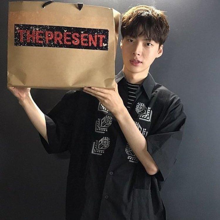 Từ áo phông, cardigan hay sơ mi… tủ quần áo của Ahn Jae Hyun luôn đầy ắp những trang phục phom rộng.