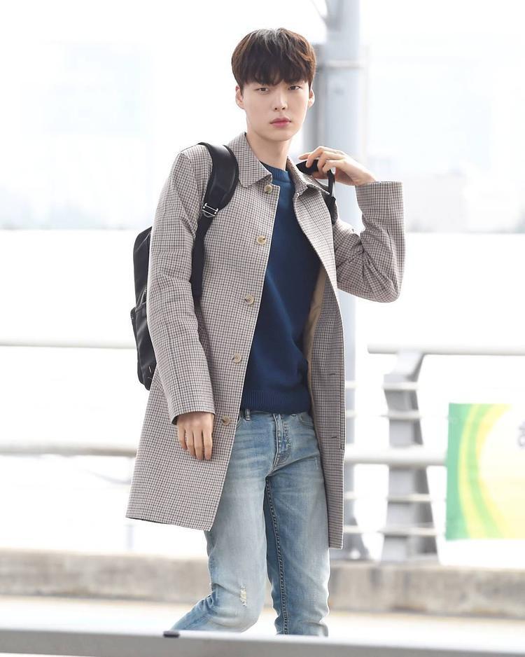 Một set đồ với áo măng tô kẻ ca rô, được phối cùng áo phông và jeans rách cùng tông.